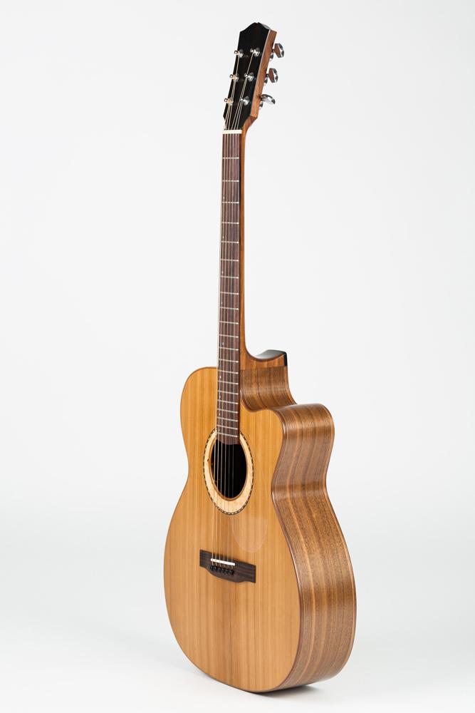 OM Guitar side view | Kazourian Luthier Montréal